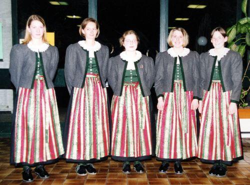 2001: fünf neue Dirndl